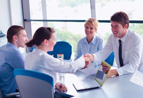 Groupe de collaborateurs et collaboratrices se serrant la main